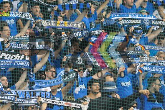 Die Fans des SV Waldhof beim Spiel in der Relegation 3. Liga, SV Waldhof Mannheim - KFC Uerdingen 05. Foto © PIX-Sportfotos *** Foto ist honorarpflichtig! *** Auf Anfrage in hoeherer Qualitaet/Aufloesung. Belegexemplar erbeten. Veroeffentlichung ausschliesslich fuer journalistisch-publizistische Zwecke. For editorial use only. (PIX-Sportfotos/Michael Ruffler)
