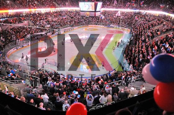Die Adler Mannheim kommen auf das Eis beim Spiel in der DEL, Adler Mannheim - Straubing Tigers. Foto © Ice-Hockey-Picture-24 *** Foto ist honorarpflichtig! *** Auf Anfrage in hoeherer Qualitaet/Aufloesung. Belegexemplar erbeten. Veroeffentlichung ausschliesslich fuer journalistisch-publizistische Zwecke. For editorial use only. (Michael Ruffler/Ice-Hockey-Picture-24)