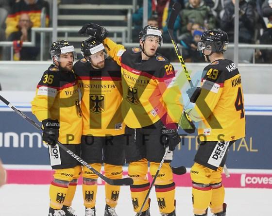 Torjubel nach dem 3:0 durch Brooks Macek (GER/Iserlohn Roosters, Mitte) mit Yannic Seidenberg (GER/EHC RB München #36) und Frank Mauer (GER/EHC RB München, #28) und  Maximilian Kammerer (GER/Düsseldorfer EG #49) Deutschland vs. USA, Eishockey, Deutschland-Cup 2017, Augsburg, 12.11.2017 Foto © PIX-Sportfotos *** Foto ist honorarpflichtig! *** Auf Anfrage in hoeherer Qualitaet/Aufloesung. Belegexemplar erbeten. Veroeffentlichung ausschliesslich fuer journalistisch-publizistische Zwecke. For editorial use only. (PIX-Sportfotos/Klaus Rainer Krieger)