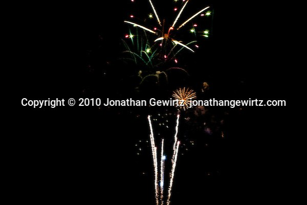 Colorful fireworks bursts at night. (© Jonathan Gewirtz)