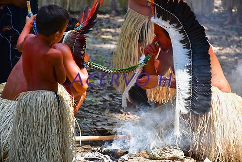 Imagens da abertura do V Festival Mariri da etnia yawanawá, na aldeia Mutum, Rio Gregório, . Denominada de saiti munuti, é uma ação de agradecimento aos espíritos da floresta pelos bens que ela oferece e momentos de alegria que a comunidade vivencia, além de um sinal de boa vinda aos visitantes. Os cantos e danças yawanawá são expressões culturais cultivados pela etnia desde tempos imemoriais. Os yawanawá dizem que os cantos das rodadas de mariri servem para chamar a força dos ancestrais, conectá-los com a natureza e elevar seus espíritos ao Criador. Imagens Altino Machado Images of the opening of the V Mariri Festival of the Yawanawá ethnic group, in the village Mutum, Rio Gregório,. Named saiti munuti, it is an act of thanks to the spirits of the forest for the goods it offers and moments of joy that the community experiences, as well as a welcome signal to visitors. Yawanawá songs and dances are cultural expressions cultivated by the ethnic group since time immemorial. The yawanawá say that the corners of the mariri rounds serve to draw strength from the ancestors, connect them with nature and elevate their spirits to the Creator. Images Altino Machado (Altino Machado / Acervo H)