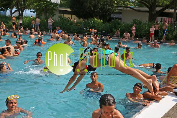 Mannheim. 05.07.15  Freibad. Herzogenriedbad. Schwimmbad. Wetterfeature bei fast 40 Grad. Bild: Markus Proßwitz 05JUL15 / masterpress (Bild ist honorarpflichtig) (Markus Prosswitz / masterpress)
