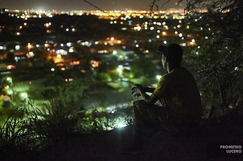 Juan Martinez, de 17 años, un joven deportado, evita salir en la calle por las noches. Su vida está en peligro. Retratado afuera de su casa en lo alto de un cerro, sus movimientos personales están limitados a la luz de día, desde que regresó deportado a San Pedro Sula. (Prometeo Lucero) (Prometeo Lucero)