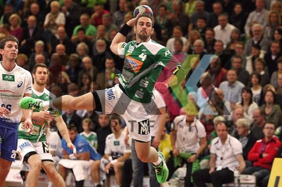 Tim Kneule [4] (Frisch Auf Goeppingen) im Spiel Frisch Auf Goeppingen vs. HSV Hamburg im Spiel Frisch Auf Goeppingen - HSV Hamburg. Foto © P-I-X.org *** Foto ist honorarpflichtig! *** Auf Anfrage in hoeherer Qualitaet/Aufloesung. Belegexemplar erbeten. Veroeffentlichung ausschliesslich fuer journalistisch-publizistische Zwecke. For editorial use only. (Michael Ruffler/P-I-X.org)