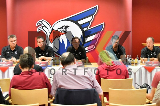 v.l. Mannheims Geschaeftsfuehrer Matthias Binder, Mannheims Trainer Sean Simpson, Mannheims Co-Trainer Colin Muller, Mannheims Co-Trainer Jochen Hecht und Mannheims Manager Teal Fowler  bei der Pressekonferenz der Adler Mannheim. Foto © PIX-Sportfotos *** Foto ist honorarpflichtig! *** Auf Anfrage in hoeherer Qualitaet/Aufloesung. Belegexemplar erbeten. Veroeffentlichung ausschliesslich fuer journalistisch-publizistische Zwecke. For editorial use only. (PIX-Sportfotos/Michael Ruffler)