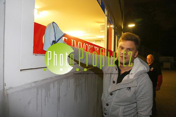 Mannheim. 08.01.18 | Fasnacht. Feuerio sucht nach einem passenden Prinzen für die Kampagne 2018. Am Samstag soll er beim Weißen Ball inthronisiert werden. - Inkognito. Prinz Marcus putzt die Scheiben beim VfR. Bild: Markus Prosswitz 08JAN18 / masterpress (Bild ist honorarpflichtig - No Model Release!) BILD- ID 00399 | (Markus Proßwitz / masterpress)
