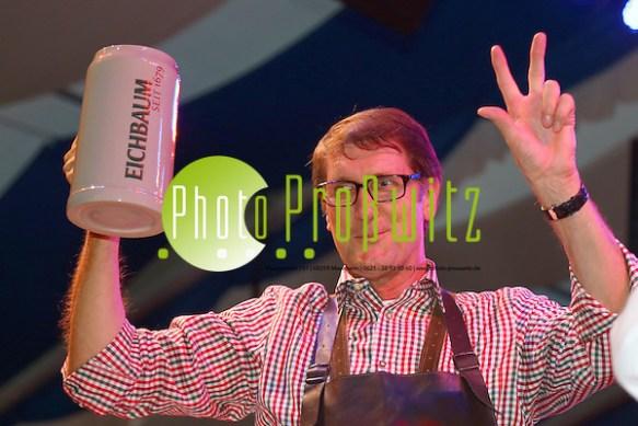 Mannheim. 17.10.14 im ausverkauften Festzelt in der Theodor-Heuss-Anlage in Mannheim jubelten gestern 3.200 Gäste in Lederhose und Dirndl Bürgermeister Michael Grötsch und Veranstalter Arno Kiegele zu, als diese mit einem kräftigen Schlag auf´s Fass das Mannheimer Oktoberfest offiziell eröffneten. Bild: Markus Proßwitz 17OCT14 / masterpress (Bild ist honorarpflichtig) (Markus Prosswitz / masterpress)