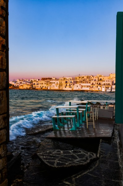 Paros tra turismo ed economia sostenibile. Tavolini a bordo mare a Naoussa