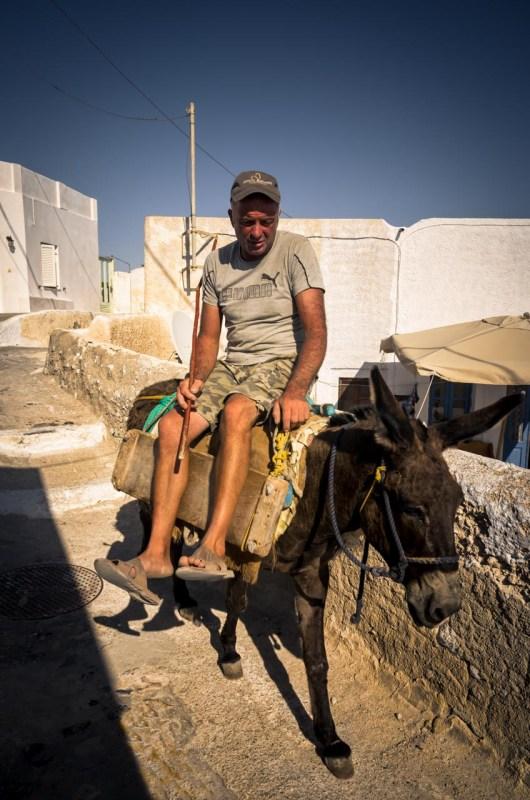 Un abitante di Pyrgos in groppa al suo asino. Santorini.