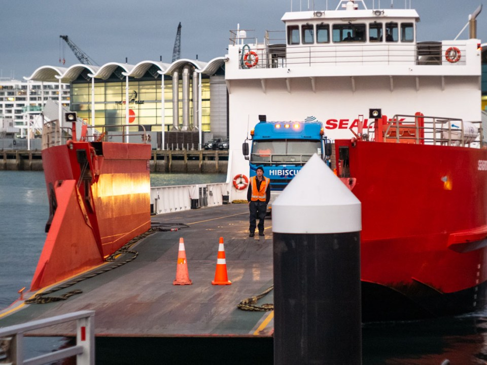 Docking | Panasonic GX7 | Canon 50mm f/1.8 LTM | ISO 1600