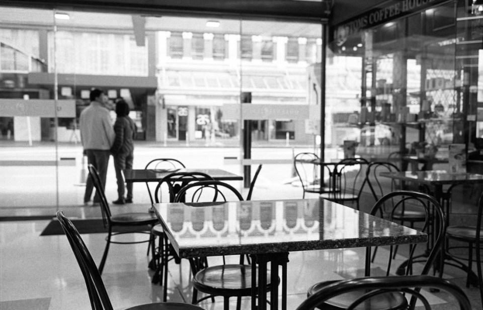 Empty table | Leica M2 | Carl Zeiss Biogon 35mm f/2 | Ilford HP5 Plus