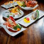 【龍蝦青魚麵包蟹及海南雞等食物拼盤】的圖庫相片