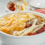 【用湯勺倒入花膠雪耳人參豬肉中式湯羹】的美饌素材畫像