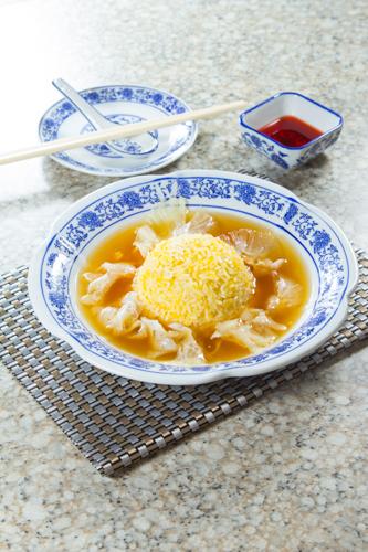 【中式宴會菜紅燒花膠魚翅配蛋白炒飯】專業食物攝影師的圖片庫
