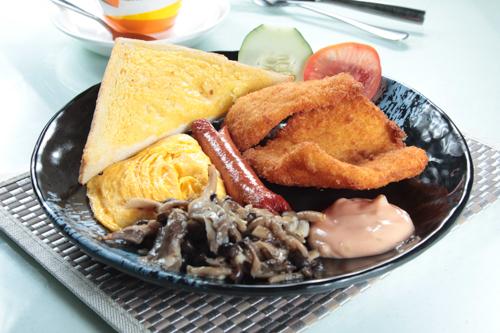 【茶餐廳風格全日早餐吉列魚柳腸仔炒蛋蘑菇牛油多士】飲食業專用素材圖像