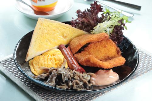 【茶餐廳風格全日早餐吉列魚柳腸仔炒蛋蘑菇牛油多士】專業食物攝影師的圖片庫