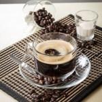 【透明玻璃杯香醇濃厚黑咖啡飲料配咖啡豆及奶精】飲食業專用素材圖像
