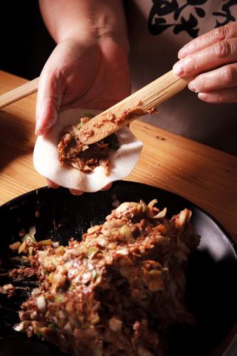 【傳統手工中式料理人手包餃子】專業食物攝影師拍攝的圖片庫