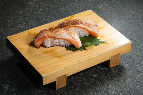【兩件火炙三文魚腩壽司】飲食業專用素材圖像