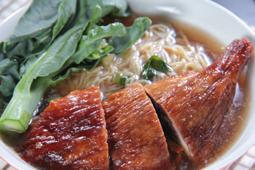 焼きガチョウドラムスティック麺にゆで野菜