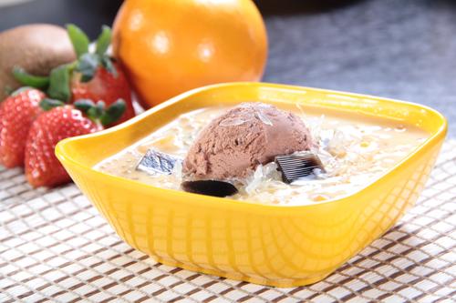 マンゴーポメロサゴの甘いスープとチョコレートアイスクリームと仙草ゼリー
