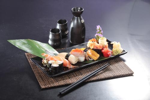 サーモン寿司、赤エビ寿司、卵寿司の盛り合わせ