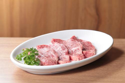 四塊切好的日本和牛霜降牛肋肉