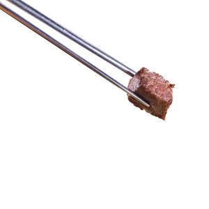 用筷子夾起燒牛柳粒的去背退地食物素材相片
