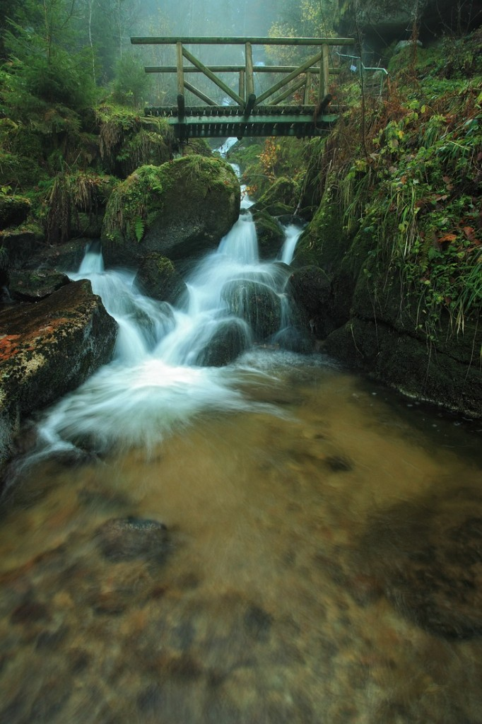 Holzbrücken über dem Wasserfall