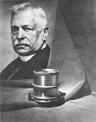 1896: Paul Rudolph develops the prototype of the Planar® lens, the Planar f/3.6. Image by Zeiss.