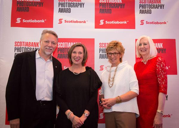 Ed Burtynsky, président du jury et cofondateur du Prix de photographie Banque Scotia (à l'extrême gauche), Barb Mason, chef des Ressources humaines, Banque Scotia (deuxième à partir de la droite), et Jane Nokes, première directrice, Arts, culture et patrimoine à la Banque Scotia et cofondatrice du Prix de photographie Banque Scotia (à l'extrême droite) félicitent la lauréate du Prix de photographie Banque Scotia 2015, Angela Grauerholz (deuxième à partir de la gauche). Image Courtesy Marketwired