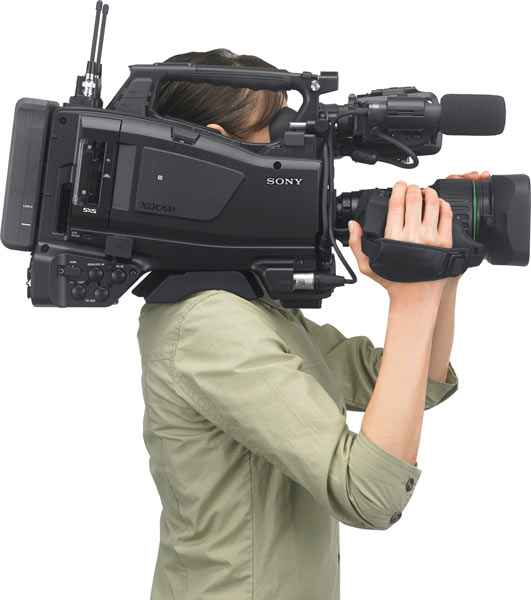 Sony PXW-X400's ergonomic design: Lighter lens grip reduces front weight and helps reduce on the load on the right-arm.