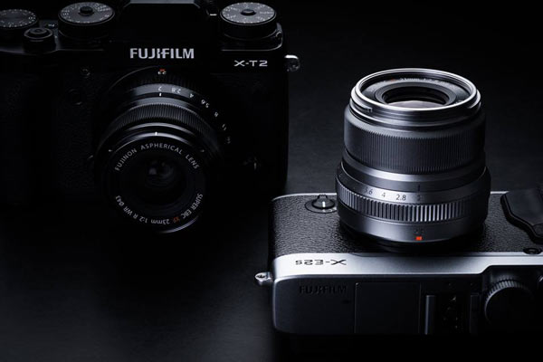 FUJINON XF23mmF2 R WR, black, with X-T2 (left) and FUJINON XF23mmF2 R WR, silver, with X-E2s (right)