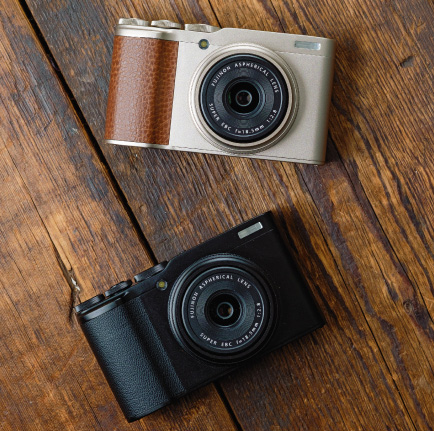 Fujifilm XF10: Champagne Gold (top) and Black (bottom)