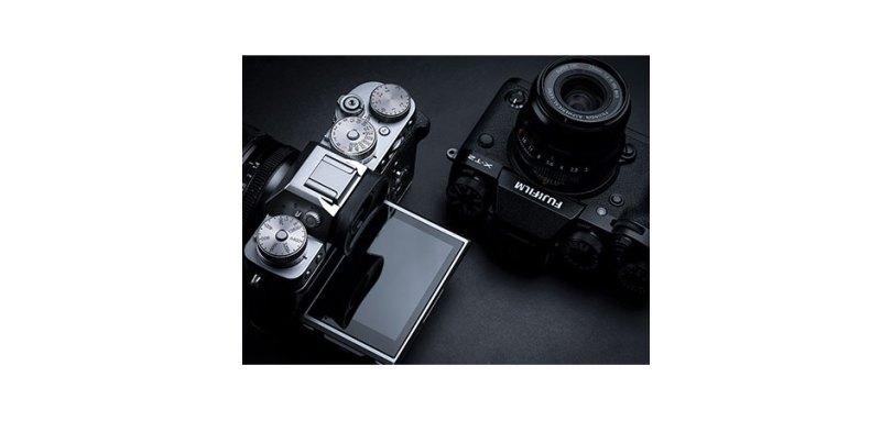 Fujifilm X-T2: Graphite Silver (left) and Black (right)