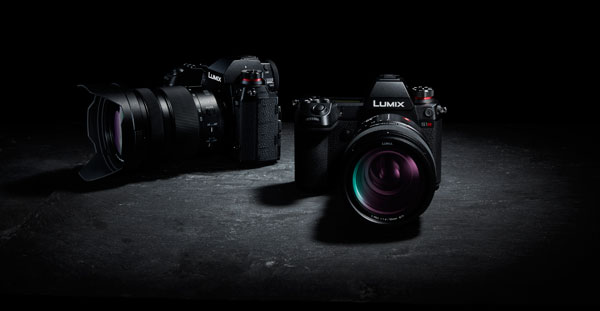 Panasonic LUMIX S1 (left) and S1R (right)