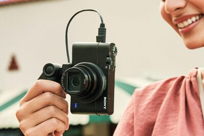 Sony RX100 VII: Vertical movie recording with metadata, for smartphone viewing: Image Courtesy of Sony