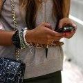 iPhone в руках девушки