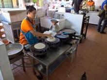 熟練スタッフによる、春巻き皮の製造風景 / Lock Tien Food Court ( 樂天フードコート / プーケットタウンのレストラン )