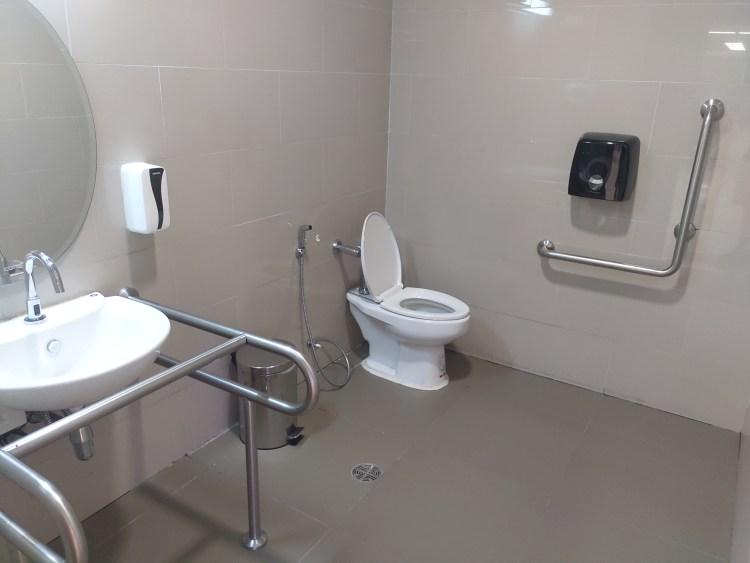 プーケット国際空港・国内線ターミナルのバリアフリー用トイレ(2019年05月・到着階・荷物受取場所)