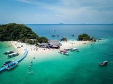 カイナイ島にてねこと触れ合える、プーケットの人気オプショナルツアー・カイ島半日アクティブツアー