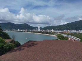 パトンビーチの南端にあるアマリプーケットの客室・One Bedroom Suite Club Ocean View Balconyからの風景