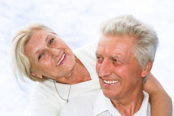 couple-mature-50-ans-personne-plus-à-risques