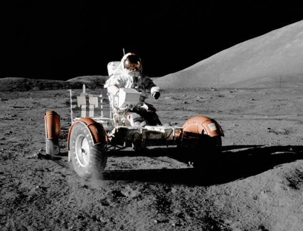 Warum ist der Mond weiß?