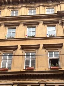 Wiener Stadthaus mit drei Windrädern am Fenster