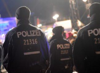 Polizei zu Silvester auf der Partymeile am Brandenburger Tor.