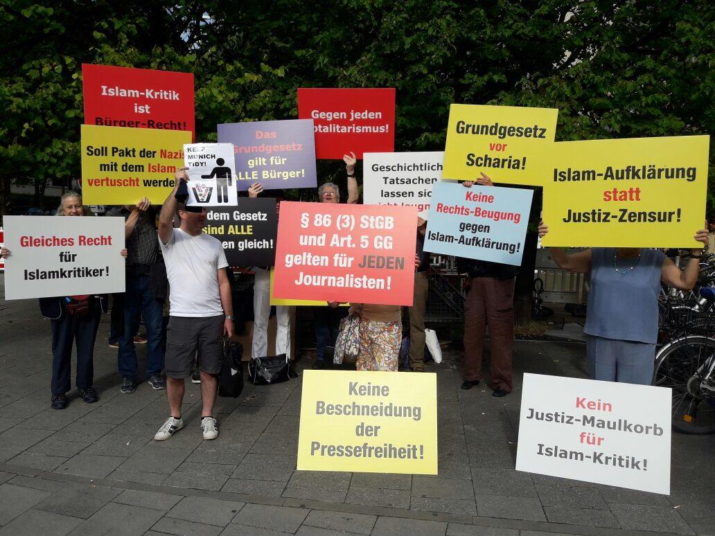 Proteste gegen das Verbot von Islamkritik vor dem Gerichtsgebäude in München.