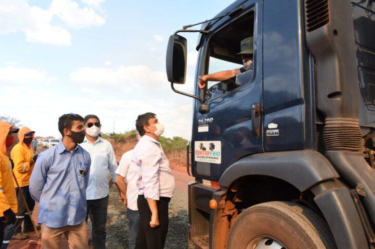 BR 316 Picos Povoado 1 Wellington visita obras da rodovia que liga Picos à zona rural e entrega casas