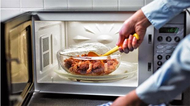 Importante: ecco i 5 alimenti da non cuocere mai nel microonde