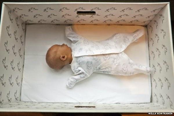Tutti i neonati in Finlandia dormono in una scatola di cartone – la ragione è fantastica!